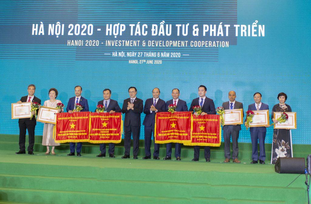 Thủ tướng Nguyễn Xuân Phúc trao cờ thi đua Chính phủ cho Công ty
