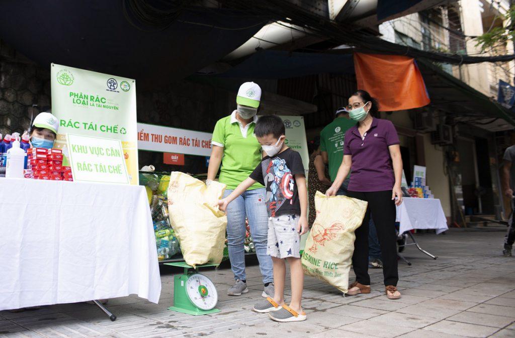 Trẻ em cũng tham gia đưa rác tái chế đến điểm thu gom - Ảnh Hoa Pham