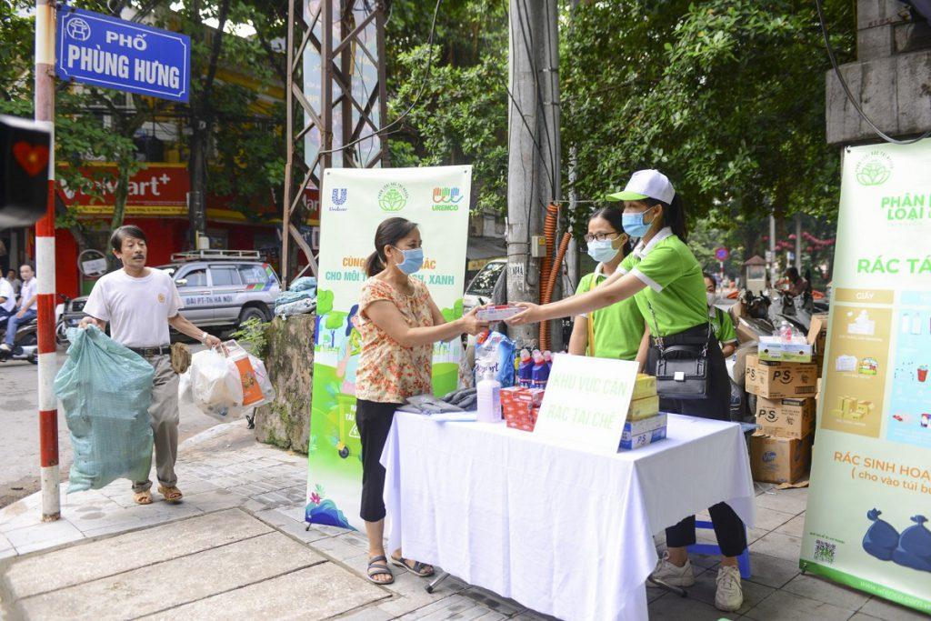 Người dân đem đến điểm thu gom các loại rác tái chế đã được phân loại tại nhà - Ảnh Hoa Pham